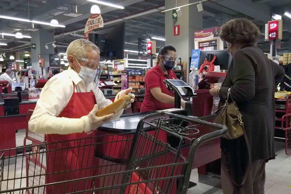 Adulto mayor regresa como empacador a supermercado en México