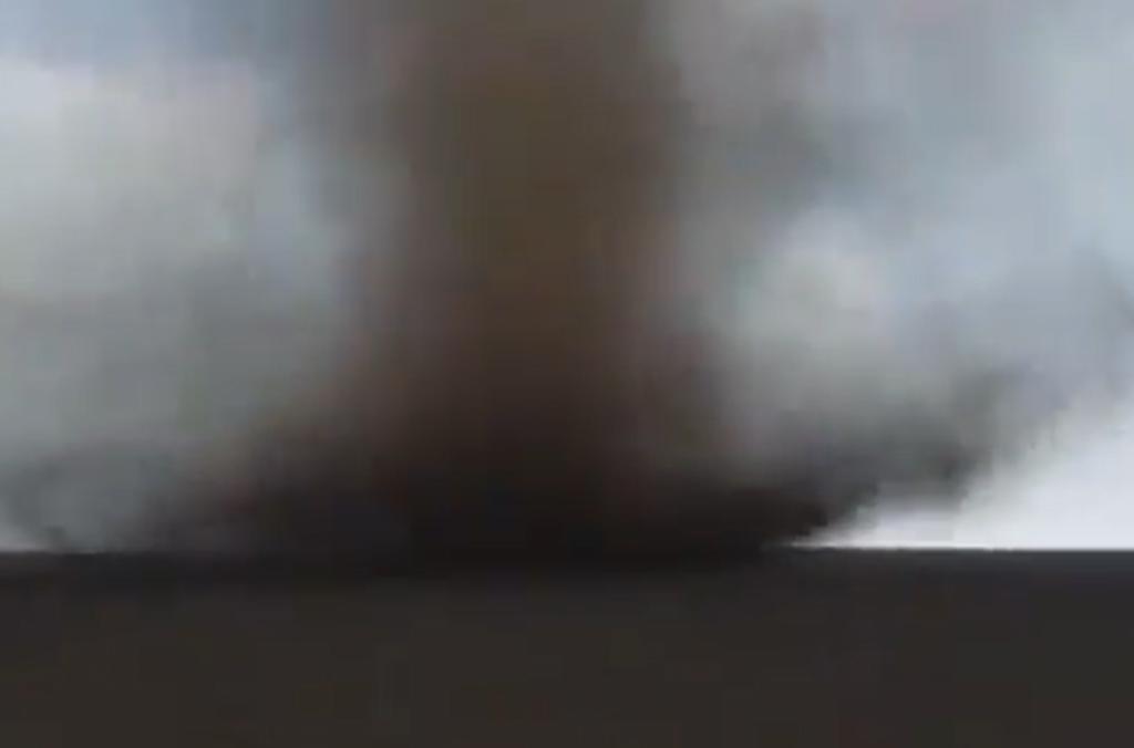 Tras presenciar su formación, hombre graba un tornado a pocos metros de distancia