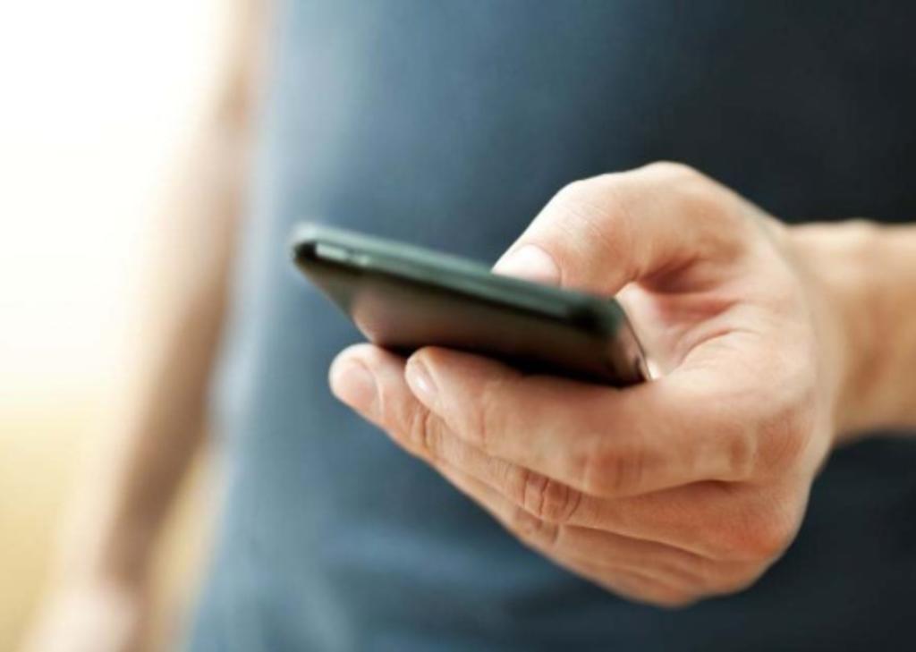 Hombre paga con un celular a mujer para poder tocar a su hija de 12