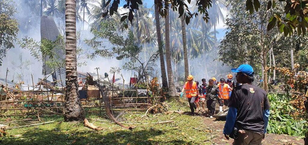 Sube a 50 la cifra de fallecidos en el accidente de un avión militar filipino