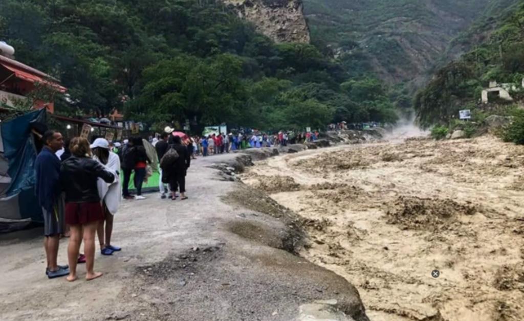 Desbordamiento de río provoca afectaciones en grutas de Tolantongo en Hidalgo