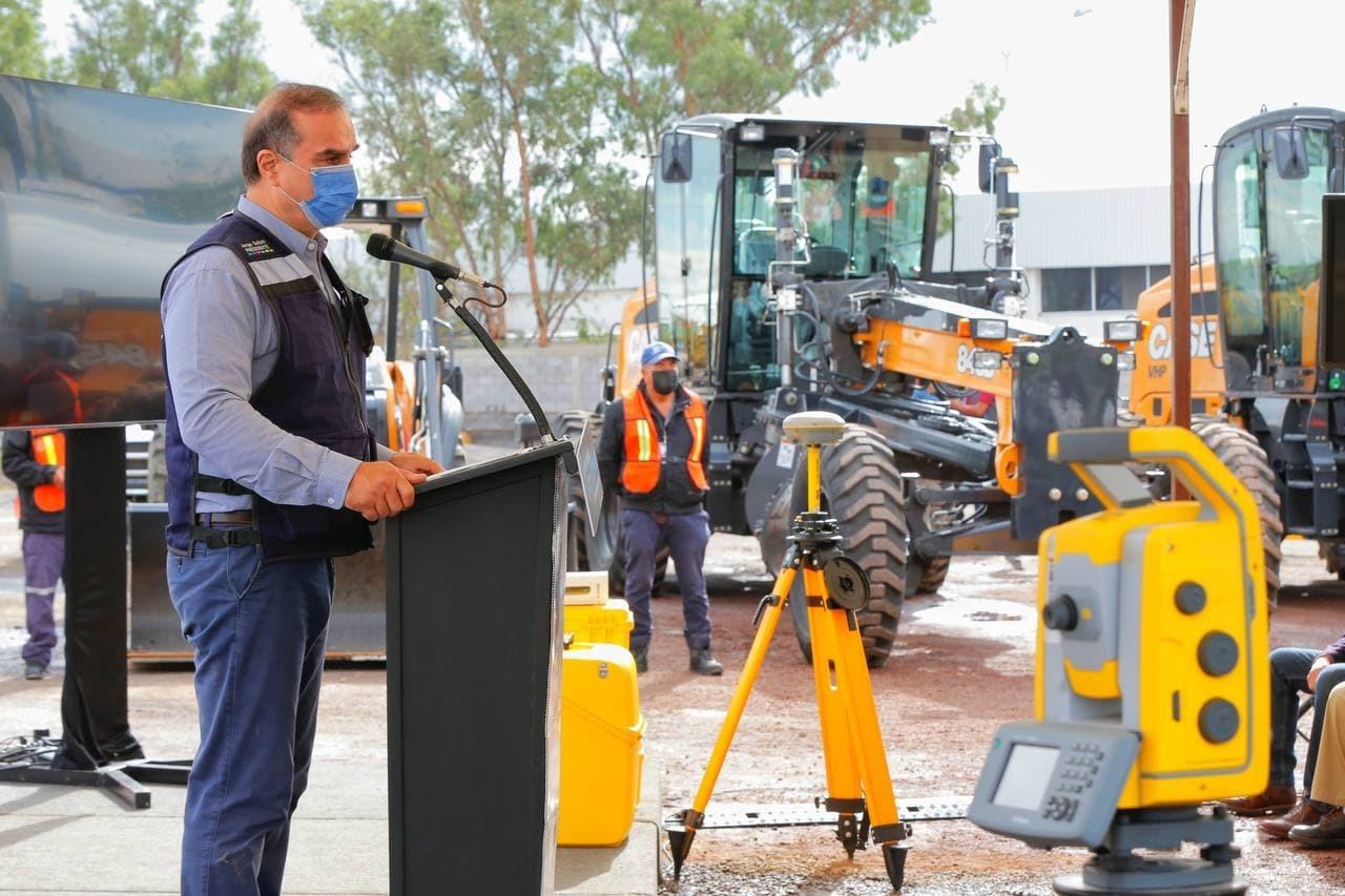 Entregan máquinas a Obras Públicas