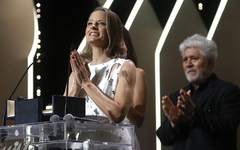 Jodie Foster recibe Palma de Oro de manos de Almodóvar