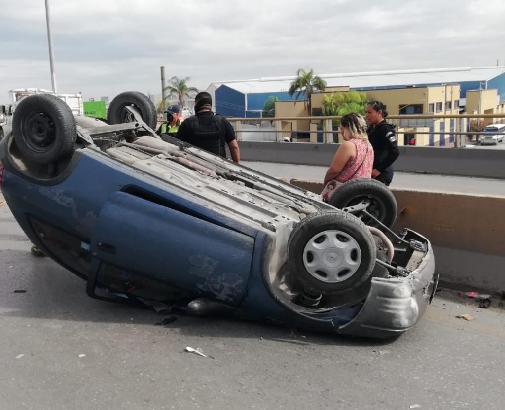 Conductora de auto sufre volcadura sobre el puente Centenario de Gómez Palacio
