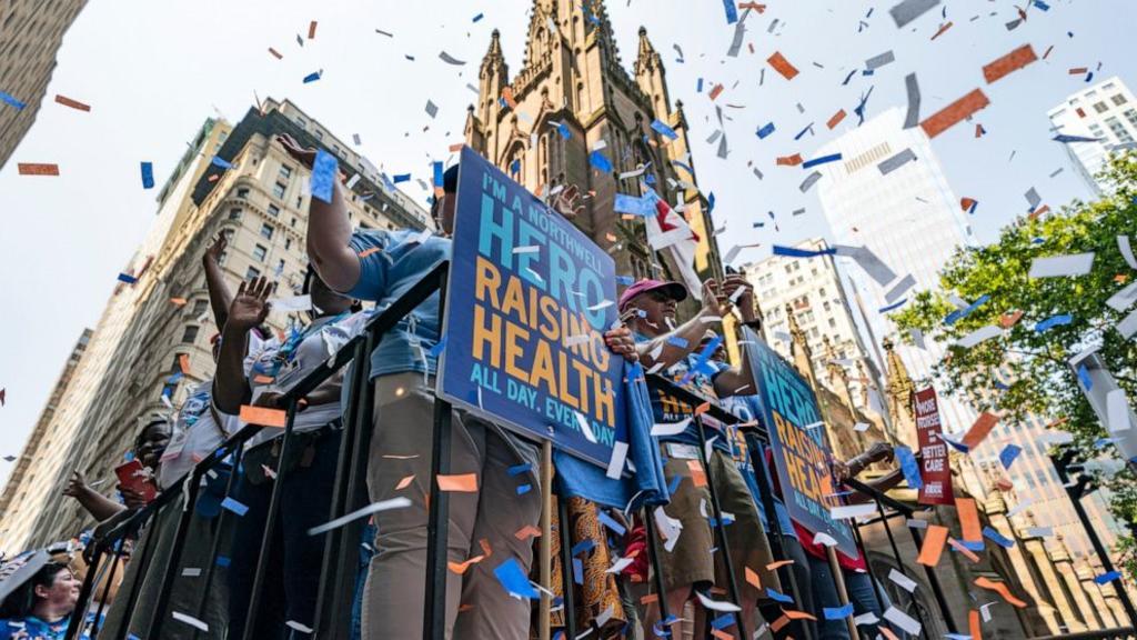 Nueva York rinde tributo a médicos que ayudaron en la crisis del COVID-19