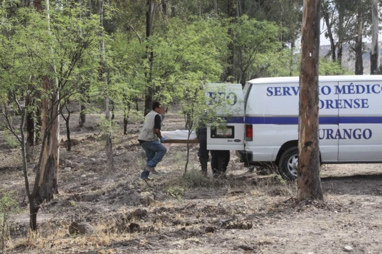 Camioneta se desbarranca en Topia; muere una mujer