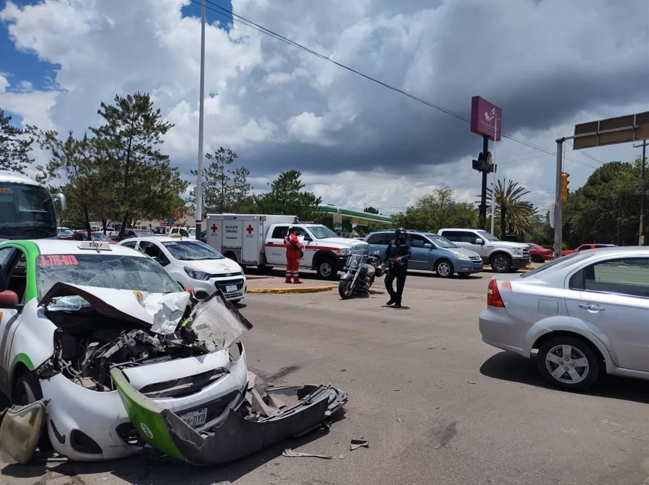 Choque entre camión y taxi deja un lesionado