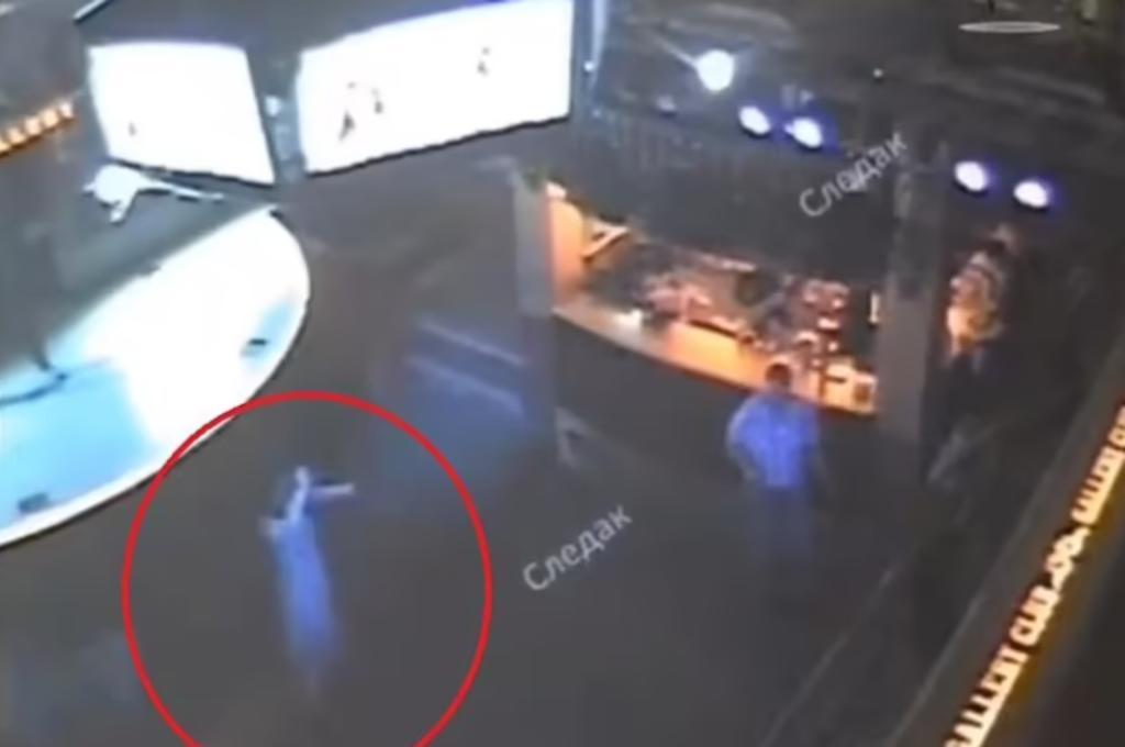 Mujer muere aplastada por estructura que cargaba 6 pantallas mientras hacía karaoke