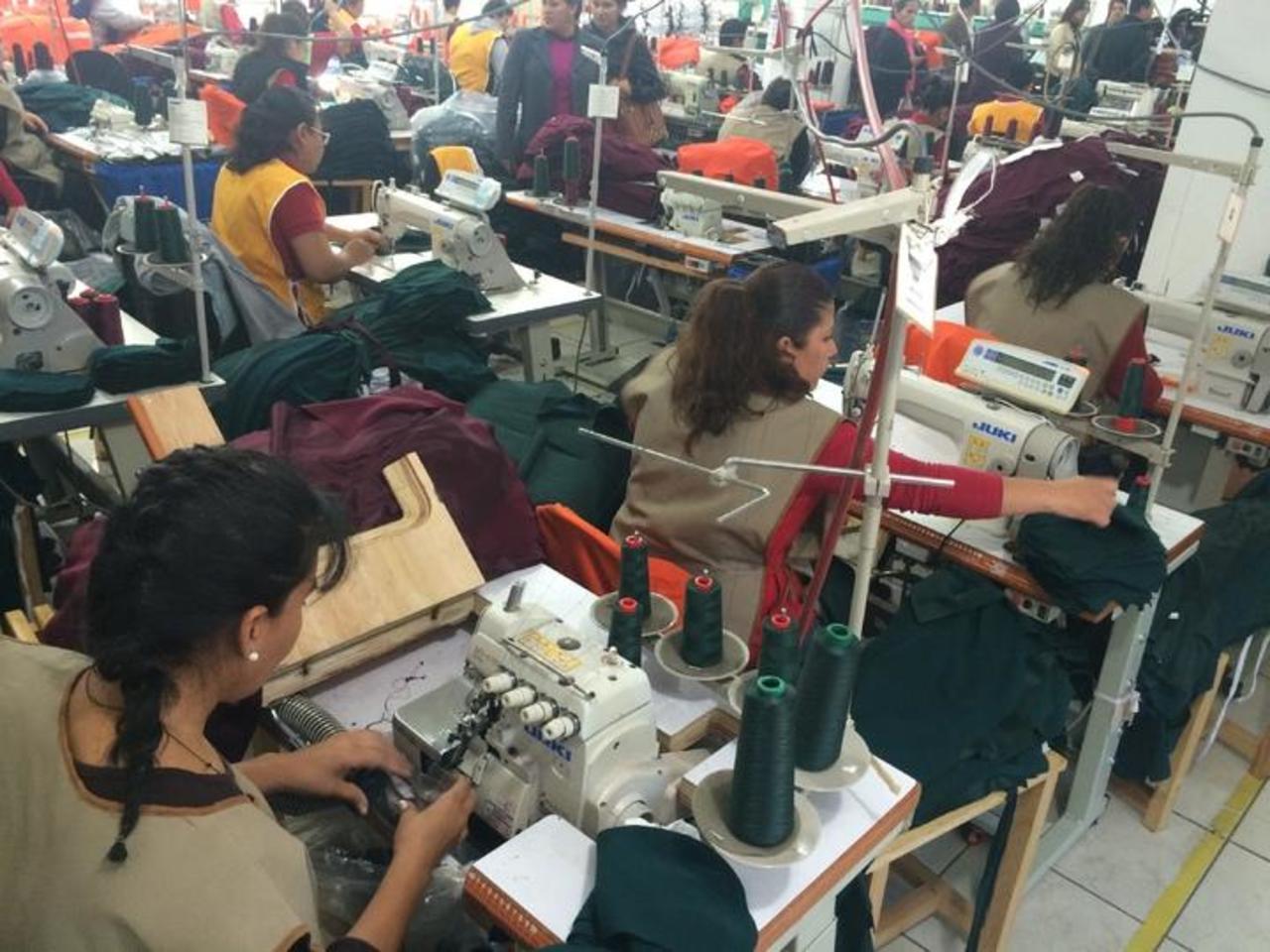 Fabricación de uniformes escolares crean unos mil empleos