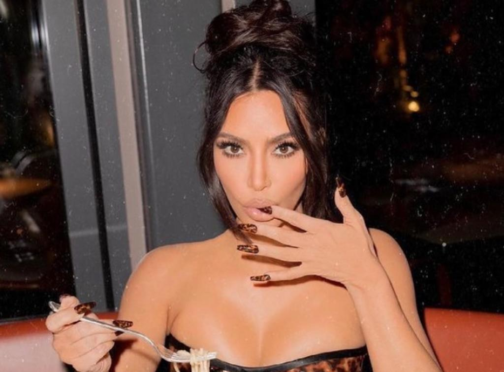 Kim Kardashian 'sorprende' con sus curvas entre la vegetación