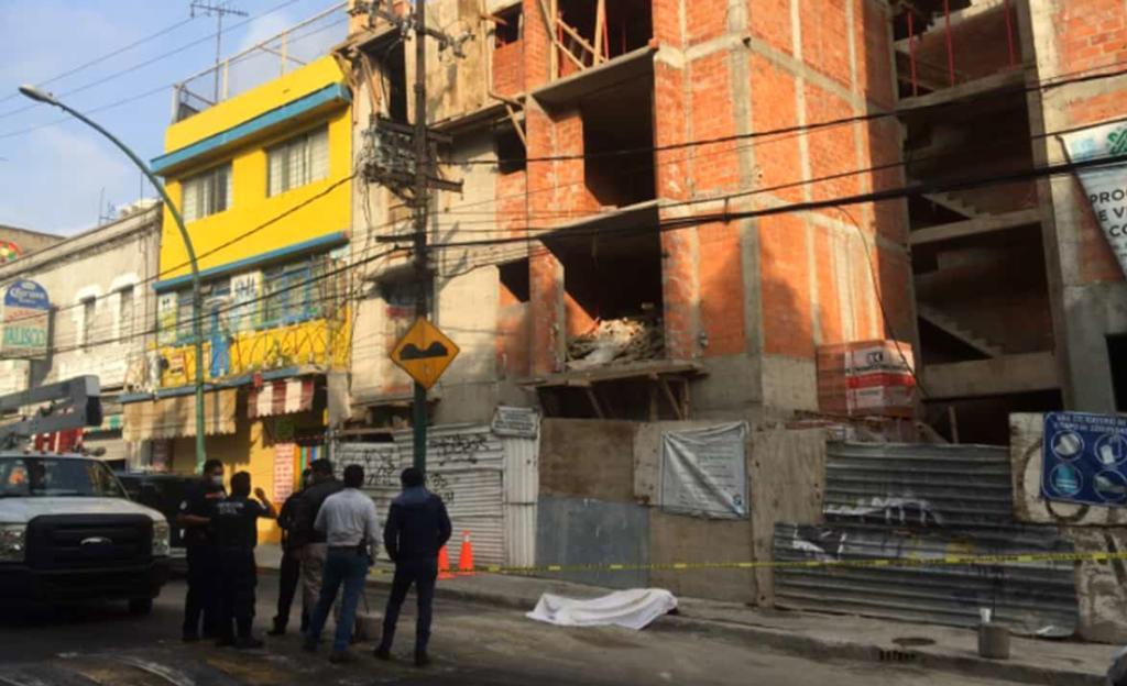 Albañil muere al caer electrocutado de casi 15 metros en la CDMX