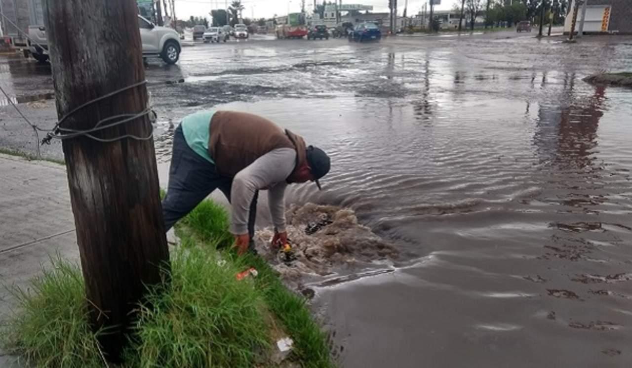 Basura, lodo y agua saturan drenajes de la capital