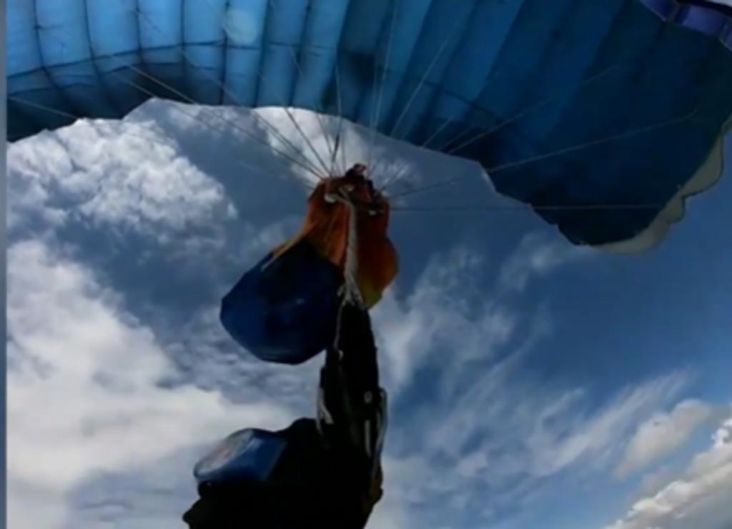 Hombre soluciona problema de su paracaídas en plena caída libre a mil metros de altura