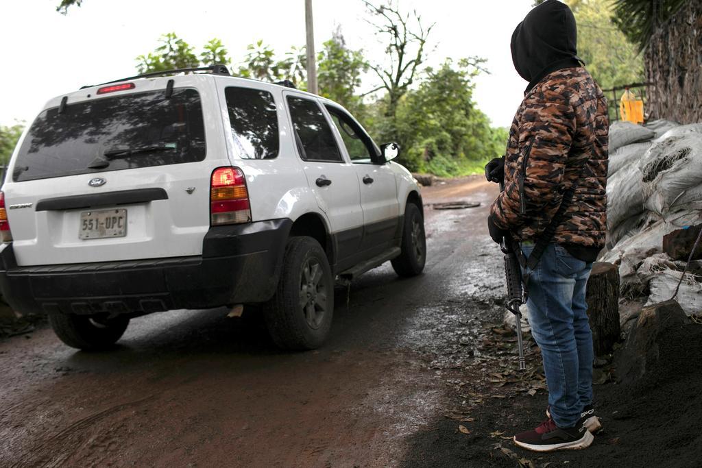Se extienden bloqueos en Michoacán; fundador de autodefensas desaparece