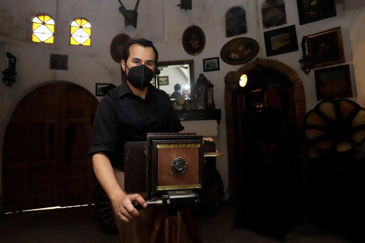 Domenikos Ruiz Muñoz, el mexicano que ha coleccionado 3 mil cámaras fotográficas de todas las épocas