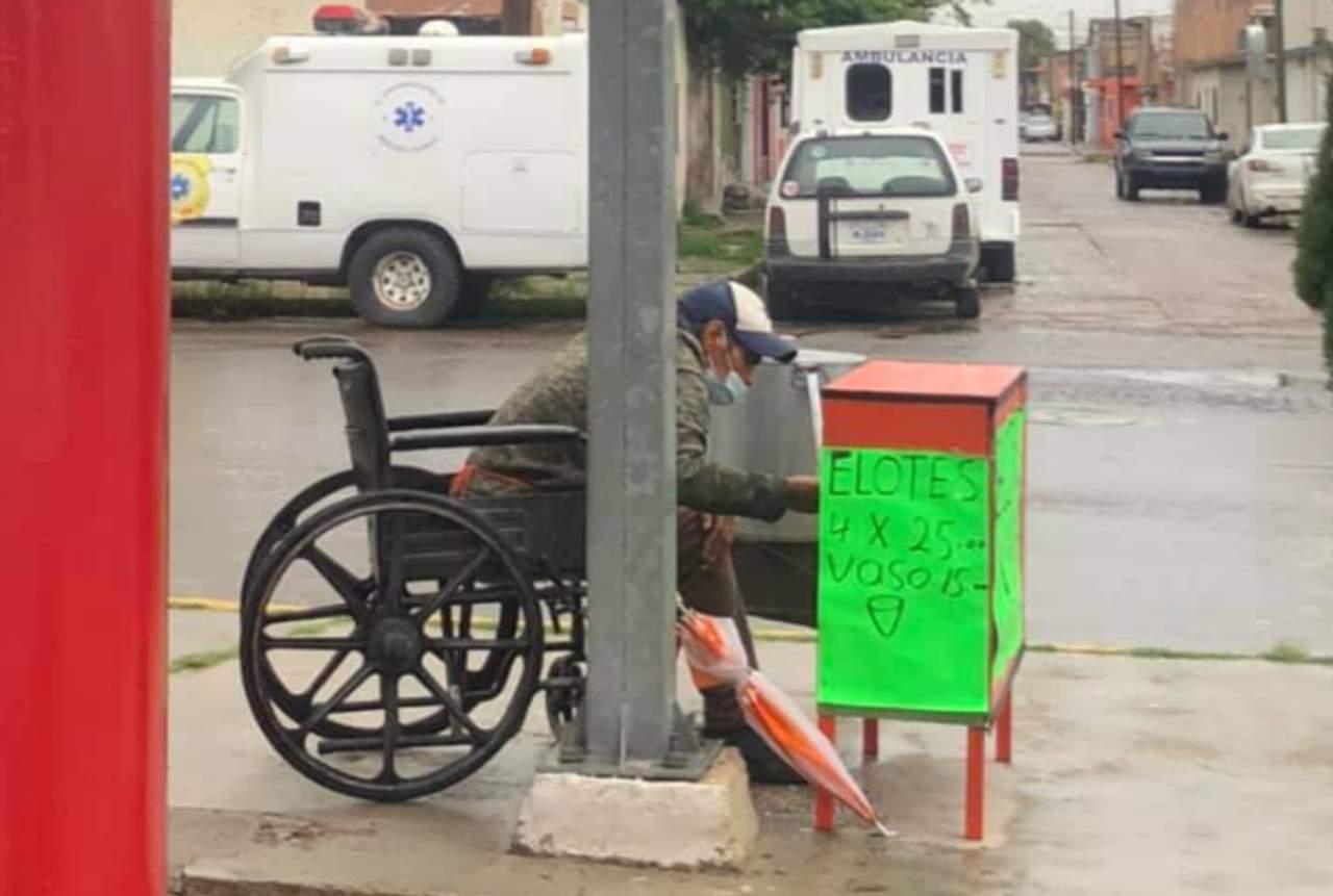 En silla de ruedas y con lluvia, varón sale a vender elotes en Durango; internautas piden apoyarlo