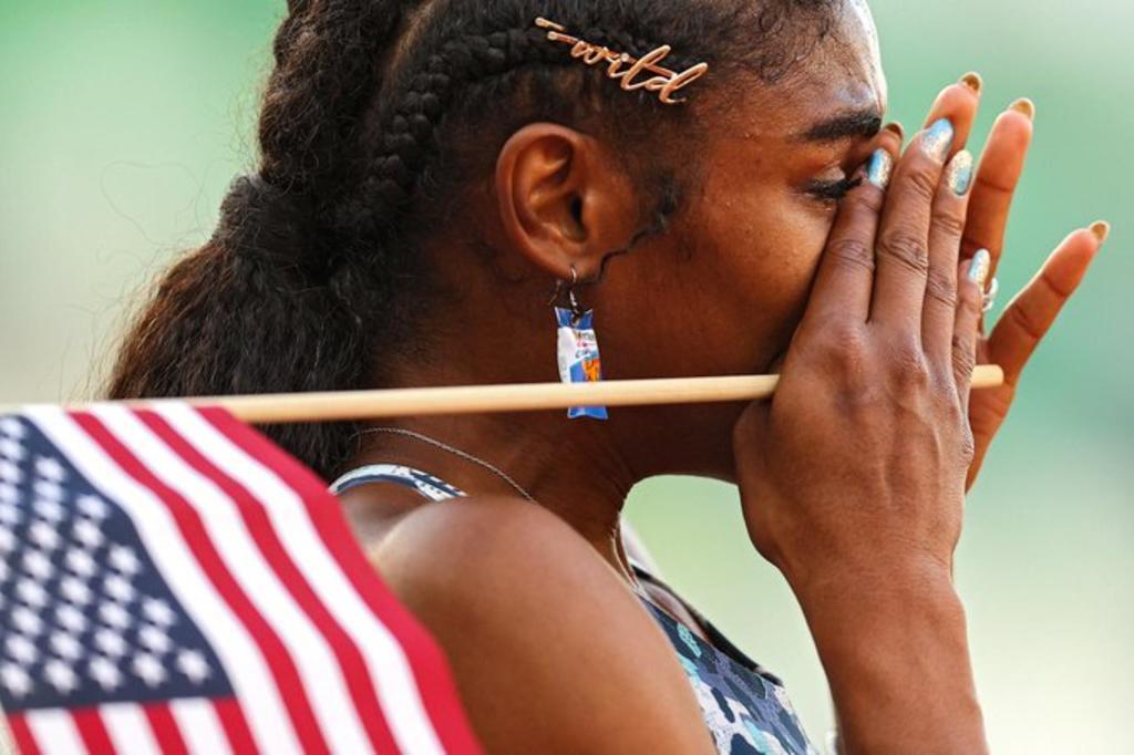 La historia Christina Clemons, la atleta que calificó a Tokio con aretes de Doritos