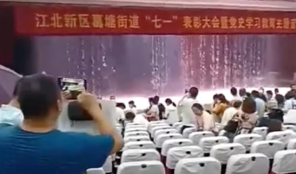 Goteras provocan 'lluvia' dentro de auditorio una escuela