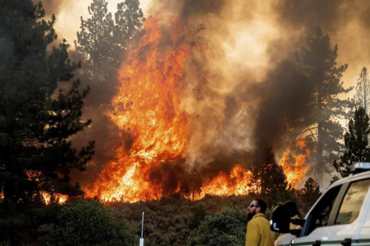 Combaten incendio 3 mil bomberos