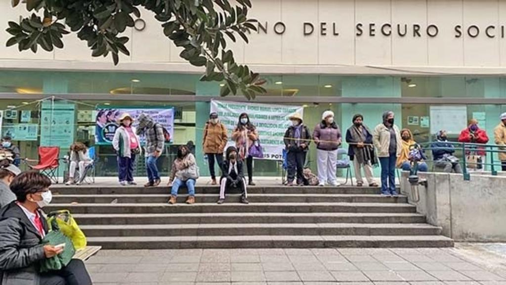 Jubilados toman el IMSS y el Paseo de la Reforma en Ciudad de México