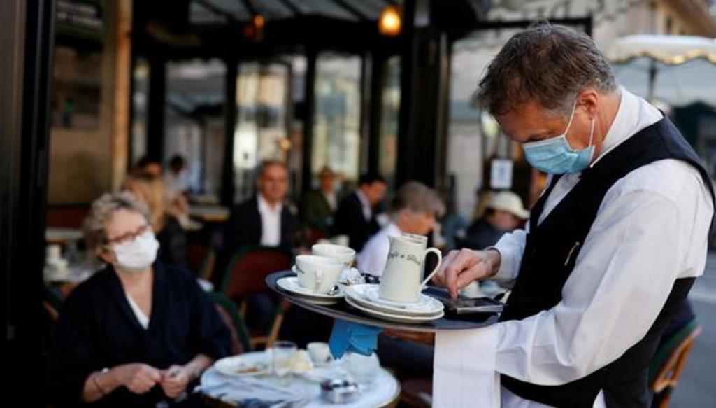 Los dueños de cafés y restaurantes de Francia están renuentes a exigir constancias COVID a comensales