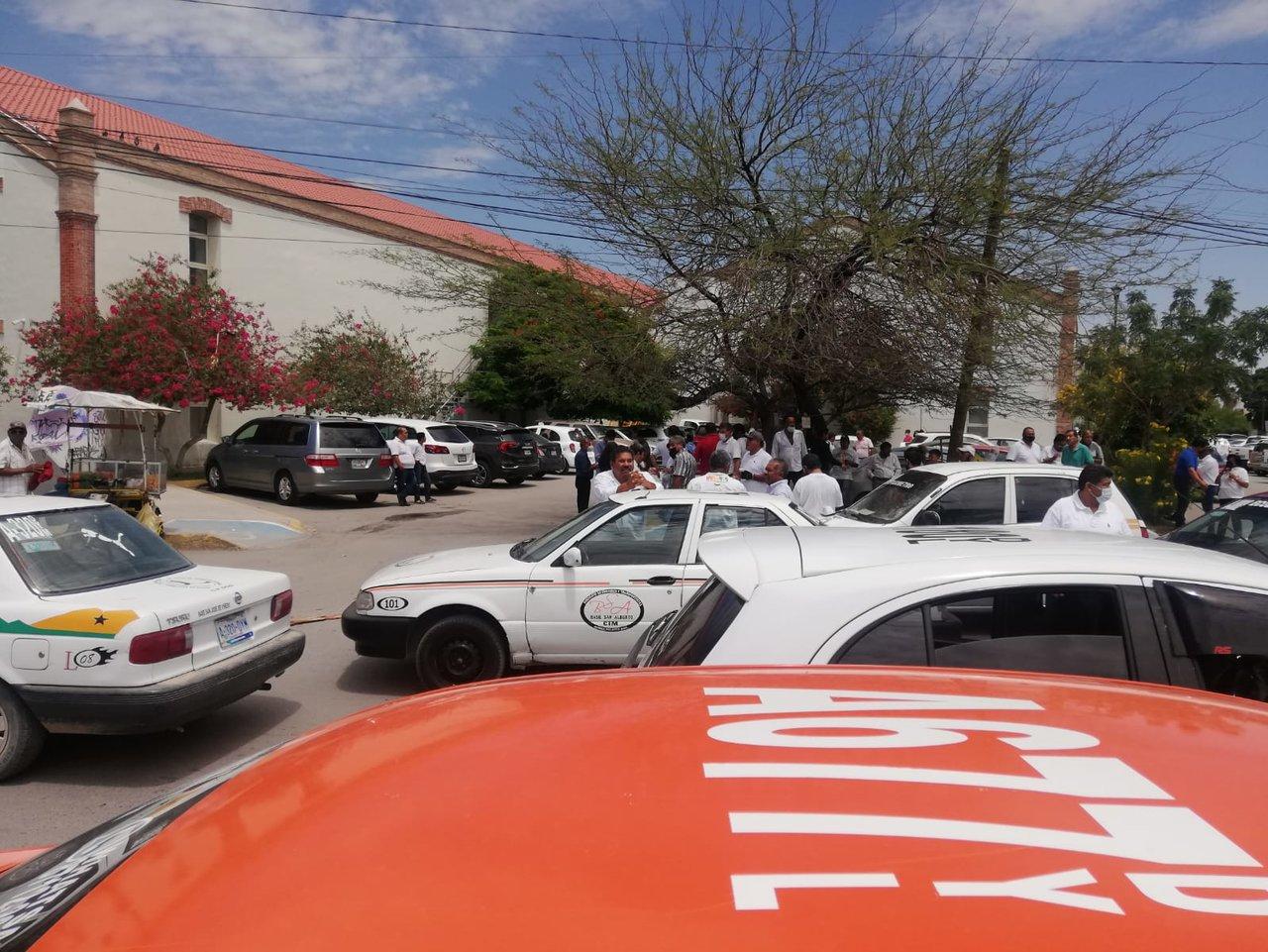 Taxistas de Gómez Palacio se manifiestan en el Palacio de Gobierno