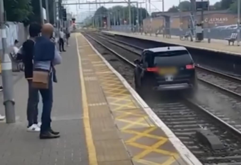 Ladrón escapa de la policía al conducir una camioneta sobre las vías del tren