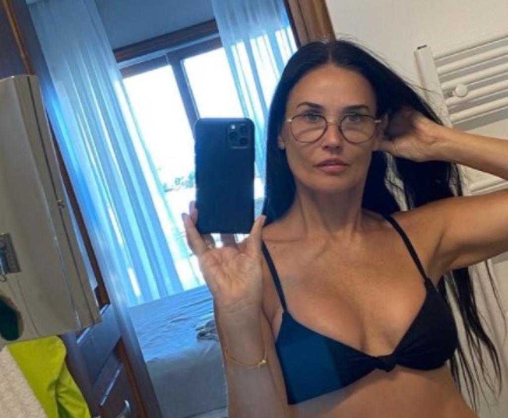 Demi Moore se luce en bikini a los 58 años de edad con 'selfie'
