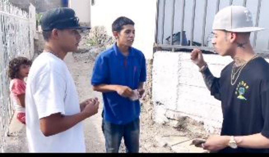 Natanael Cano regala dinero en las calles