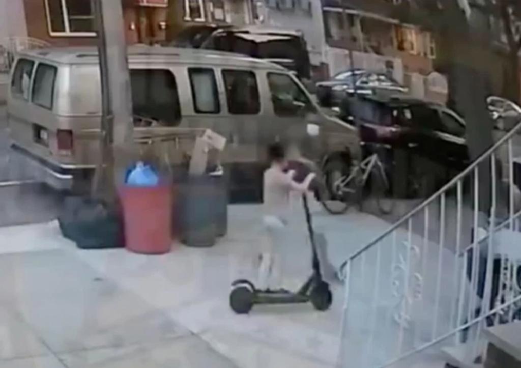 Policía comparte video del momento en que ladrón le roba a un niño su 'scooter'
