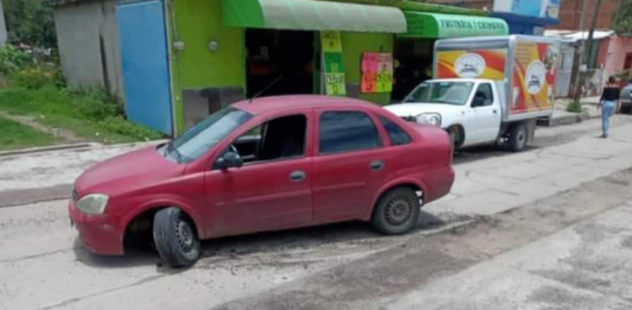 Piden ayuda para localizar a ciudadano que cayó en zanja y dañó su auto