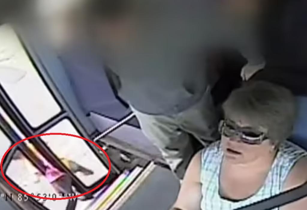 Niña es arrastrada sobre la calle tras quedar atorada en las puertas de un autobús escolar
