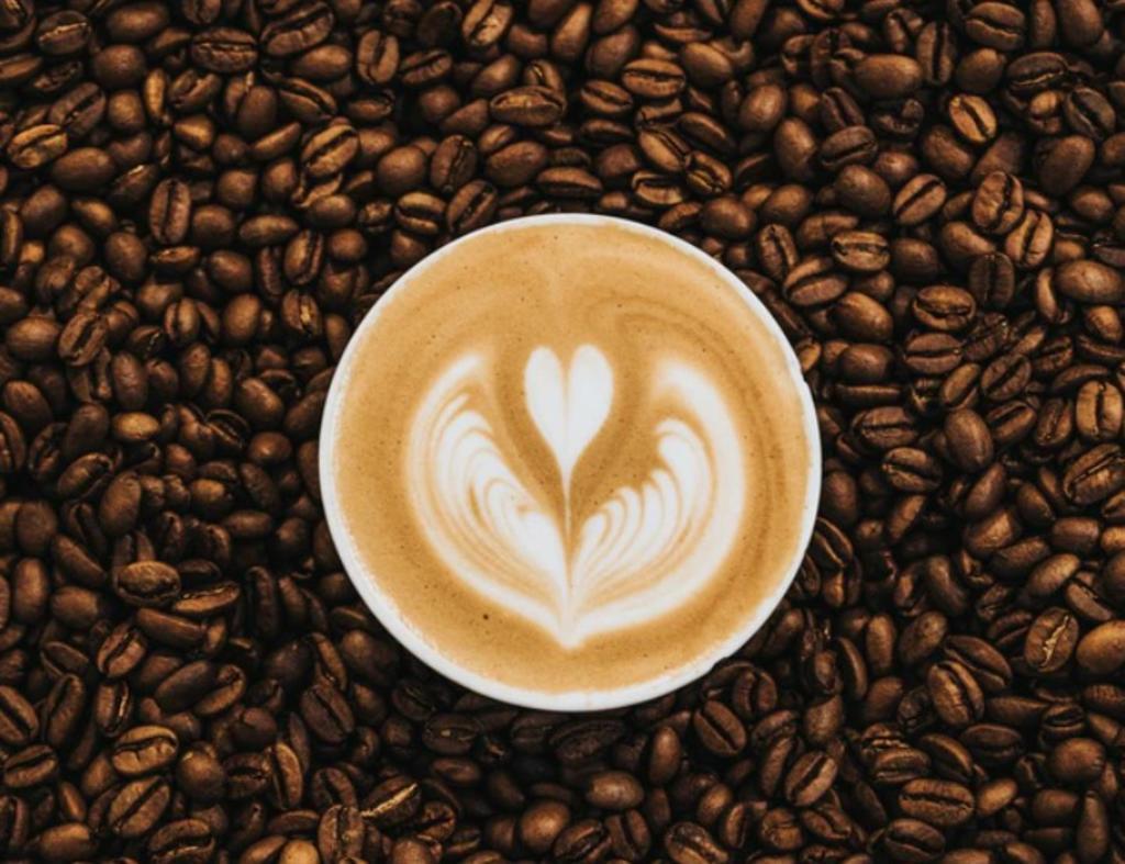 ¿Cuántas tazas de café equivalen a una bebida energética?