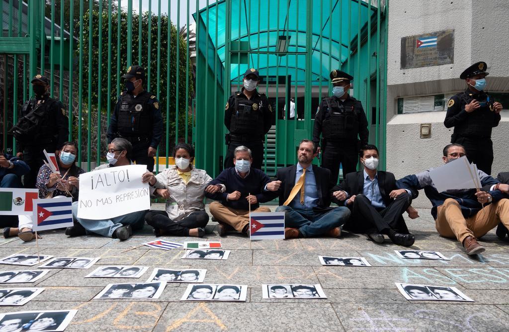 La CMDPDH niega relación con René Bolio tras expresiones racistas frente a embajada de Cuba en México