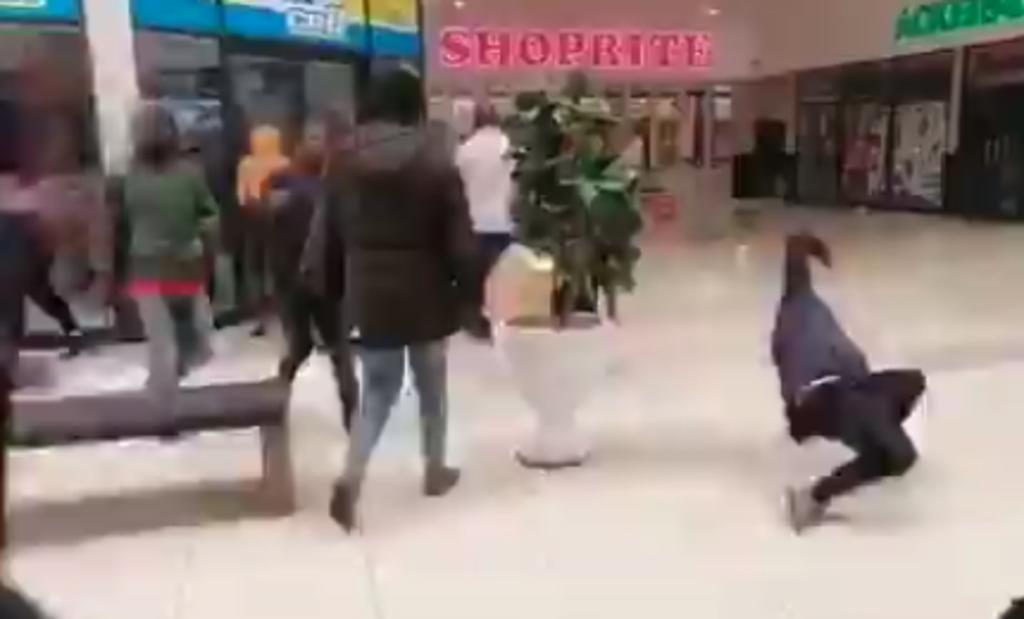 Empleados vertieron aceite afuera de una tienda y así evitaron que fuera saqueada