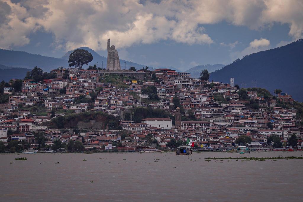 Un centenar de civiles armados ingresa a municipio de Pátzcuaro, Michoacán