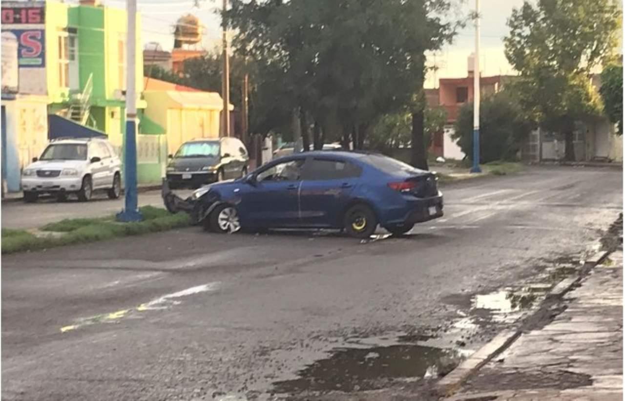 Reportan vehículo abandonado tras choque en prolongación Cuauhtémoc