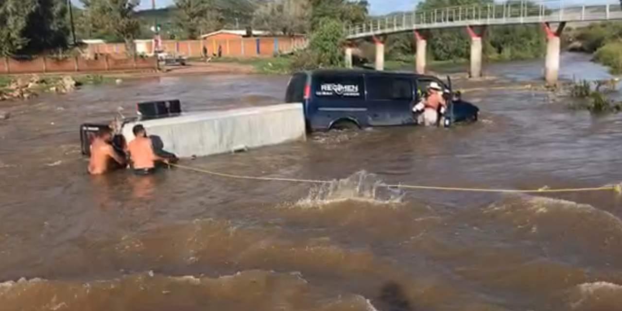 Corriente arrastra camioneta con equipo de sonido en Garabitos