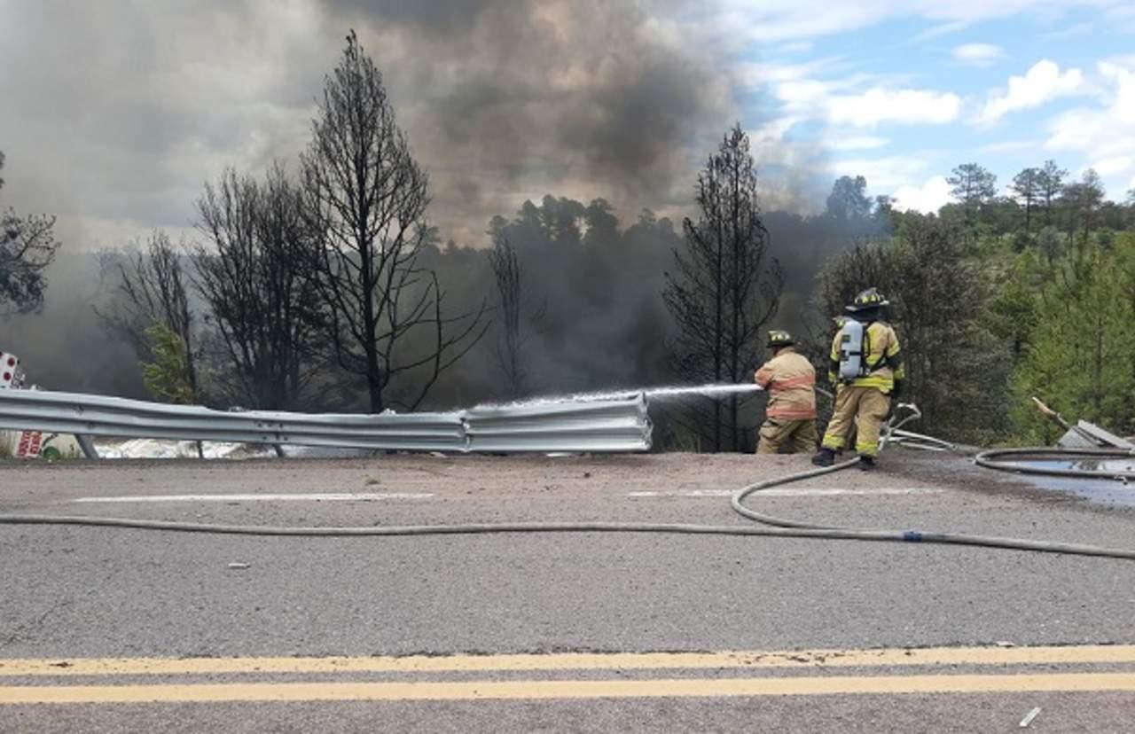 Vuelca y se incendia pipa en la Supercarretera; todo indica que su chofer perdió la vida
