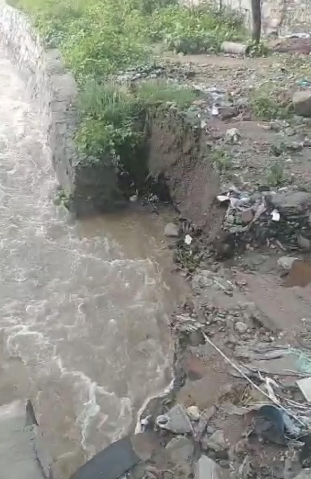 Desprendimiento en barda de la presa Del Hielo alerta a vecinos