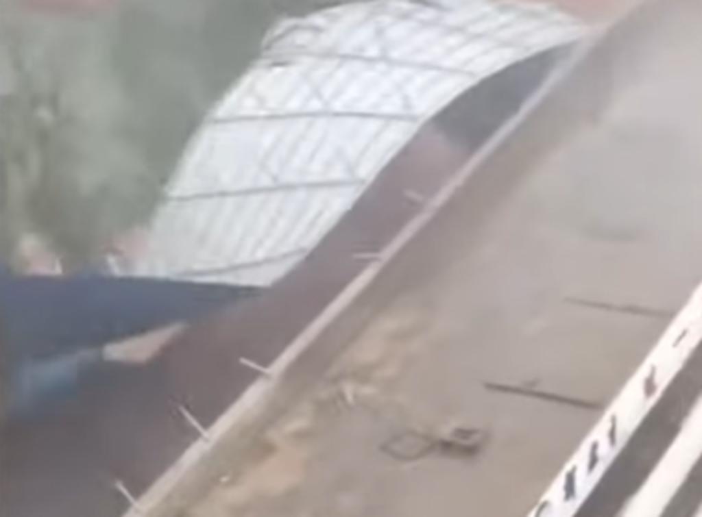 Vendavales desprenden el techo de un edificio durante tormenta
