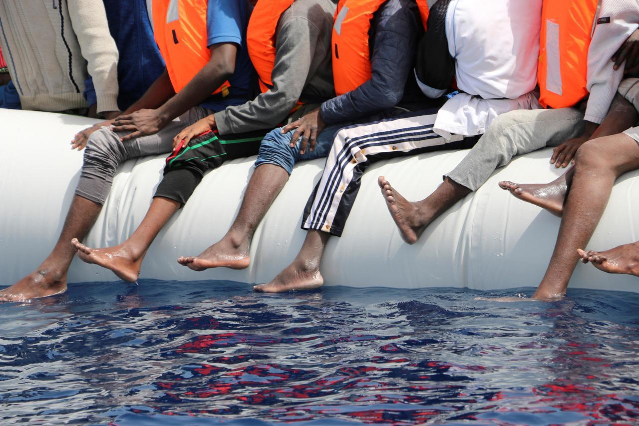 Marina francesa rescata del mar a 65 inmigrantes