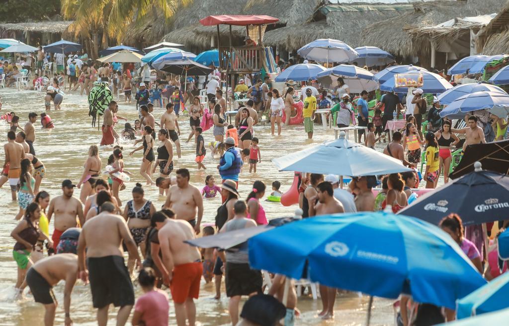 Turistas saturan las playas mexicanas pese a la tercera ola del COVID-19