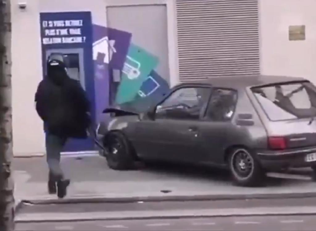 Ladrones intentando robar un cajero automático destruyen su propio auto