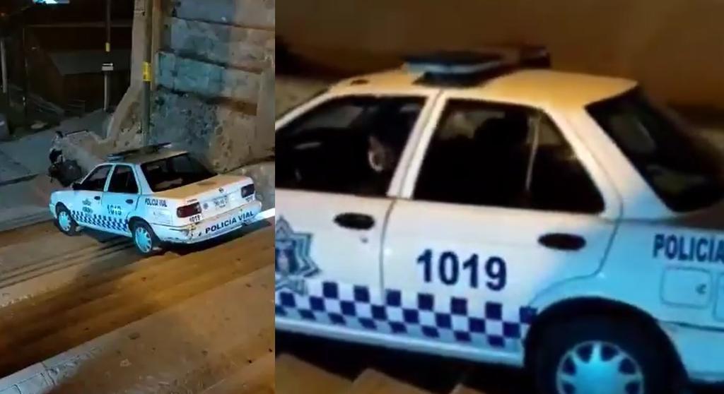 Captan a policía 'ebrio' bajando escaleras en Oaxaca a bordo de una patrulla