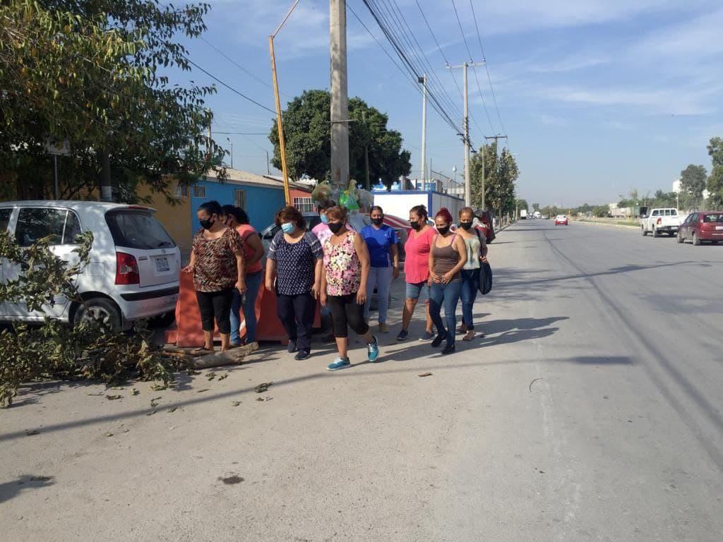 Vecinos de la colonia Rinconada del Parque en Gómez Palacio toman el bulevar Armando del Castillo para exigir bordos