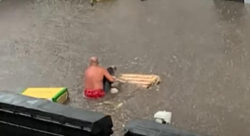 Hombre rescata a un perro herido durante inundación