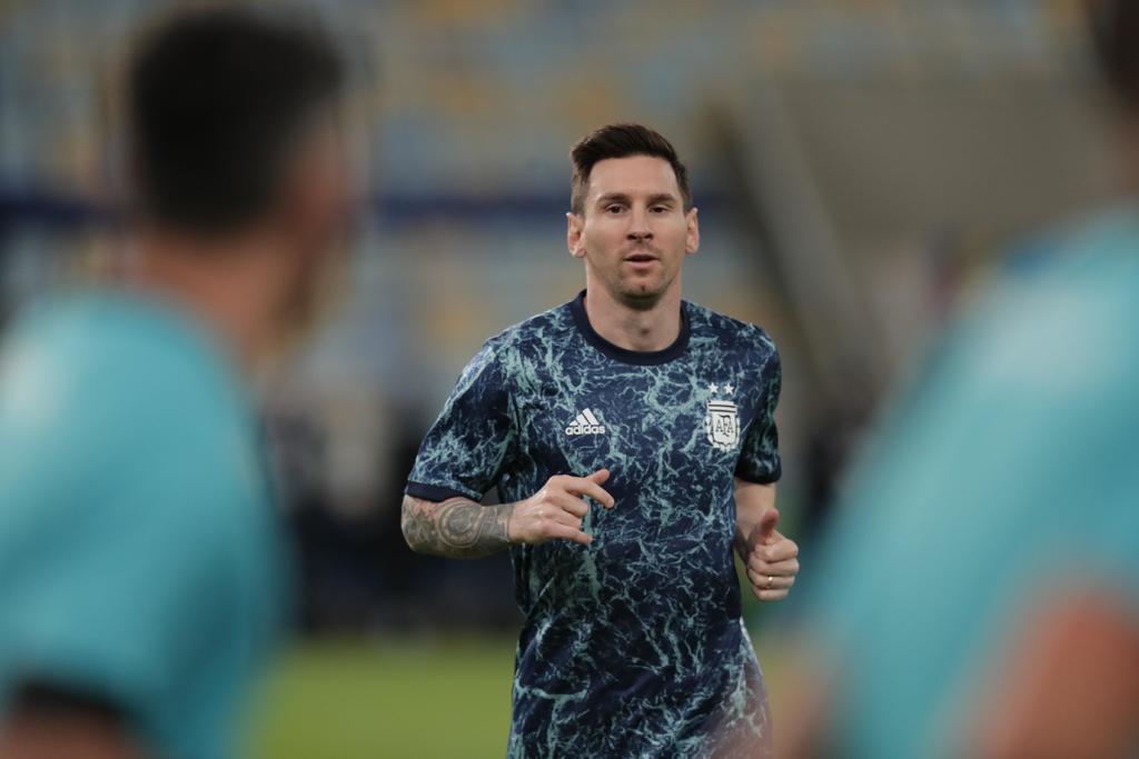 La ajedrecista Nona Gaprindashvili le hace un regalo especial a Lionel Messi