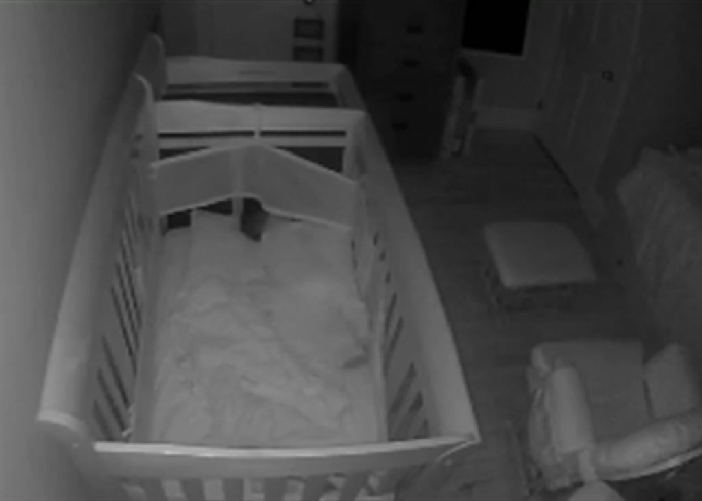 Madre cree que monitor de bebé de su hijo captó un sonido paranormal