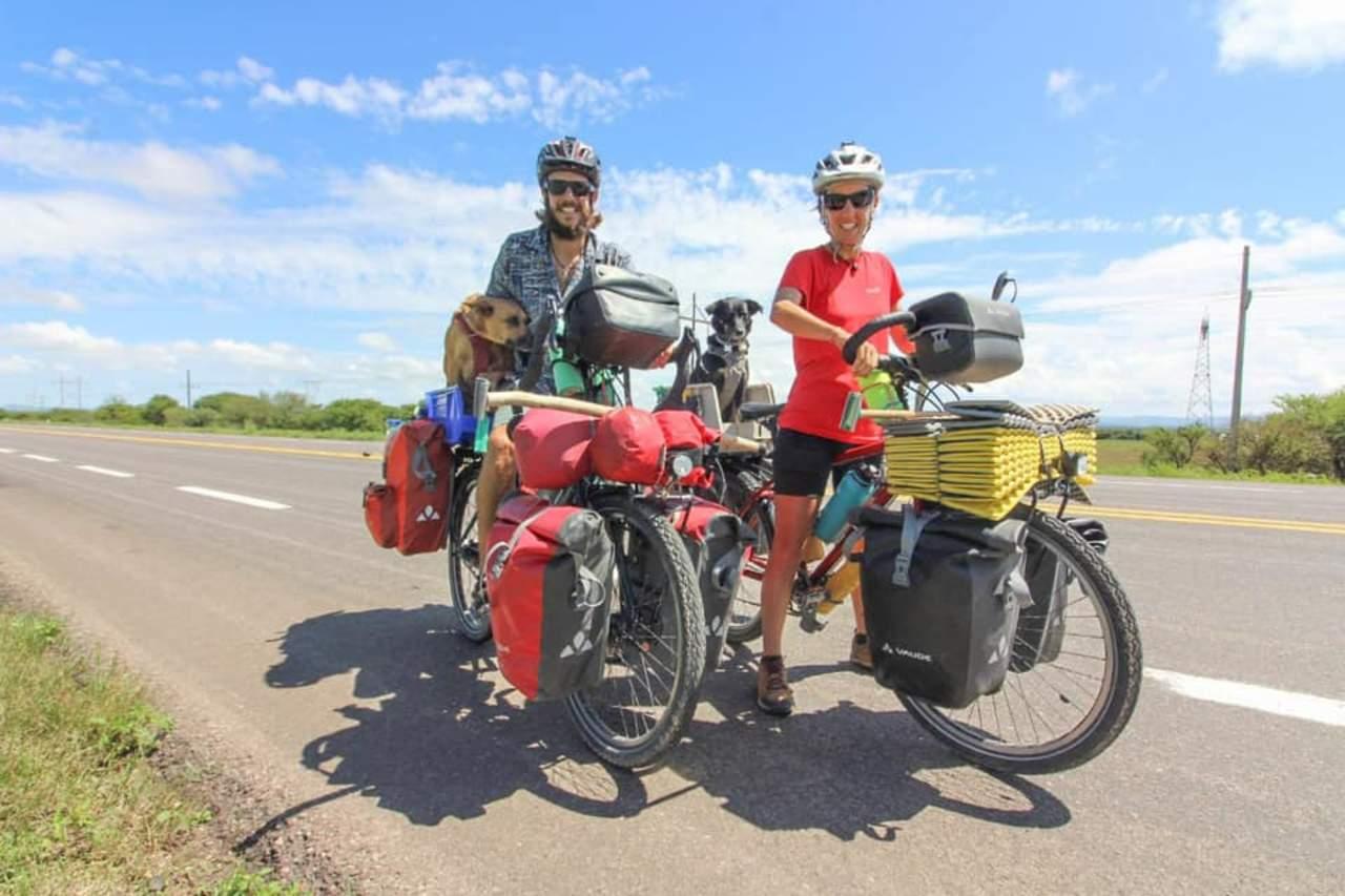 En bicicleta, pareja pasa por Durango en su vuelta por el mundo
